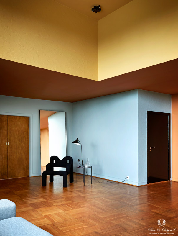 Plafond in Honey Glow geel, Kenyan Copper oranje, wanden Polar Blue blauw