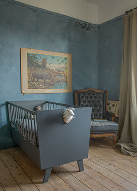 Lakken Traditional Paint in de kleur Country Blue en kalkverf Thunder Sky, in de kinderkamer
