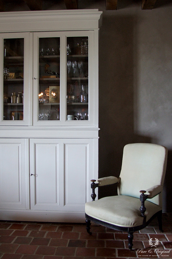 Traditional Paint in de kleur Milk White en Fresco Earth Stone, toegepast in de woonkamer
